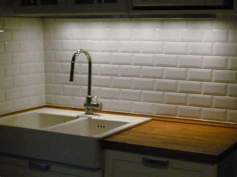 pose de carrelage m 233 tro pour la cr 233 dence d une cuisine subway tiles cuisine and