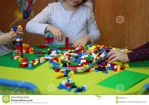 kinder die mit lego spielen redaktionelles bild bild