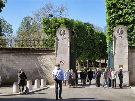 pere la chaise pere lachaise cemetery entrance