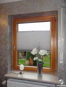 Plissee Befestigung Holzfenster : plissees als fensterdeko im wohnzimmer pleated blinds as window decoration in a living room ~ Orissabook.com Haus und Dekorationen