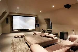 Amenager des combles en salle home cinema salon for Tapis de sol avec canape salle de cinema