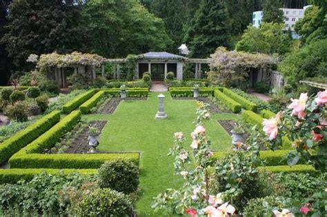 Wedding Garden :  Flower-covered Wedding Arch