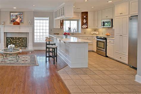 sol cuisine ouverte ide de cuisine ouverte cuisine blanche et bois sol gris