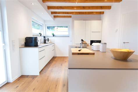 küchenunterschrank mit arbeitsplatte wei 223 e k 252 che modern in szene gesetzt im landhausstil mit keramik arbeitsplatte und bora kochfeld