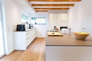 Küchen Modern Günstig : wei e k che modern in szene gesetzt im landhausstil mit keramik arbeitsplatte und bora kochfeld ~ Sanjose-hotels-ca.com Haus und Dekorationen