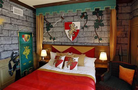 deco chambre lego legoland california resort opens lego themed hotel