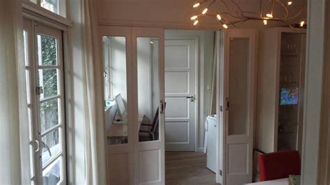 houten vouwdeuren met glas maken en plaatsen  woonkamer