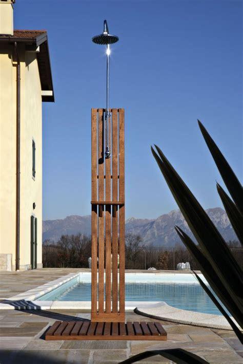 doccia da esterno  legno ideale  giardino
