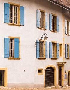 Haus Mit Fensterläden : haus mit fensterl den die schweiz lizenzfreies stockbild bild 32638436 ~ Eleganceandgraceweddings.com Haus und Dekorationen
