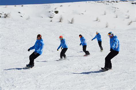 tavola snowboard per principianti lezioni di snowboard per adulti e bambini alla scuola sci