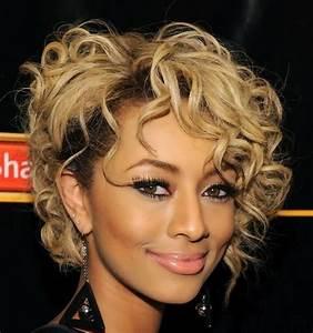 Coupe Courte Cheveux Bouclés : coupe de cheveux courte femme sensuelle et rayonnante ~ Melissatoandfro.com Idées de Décoration