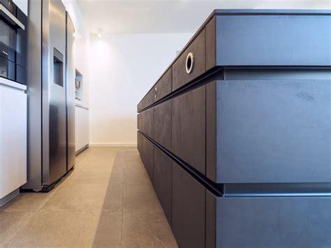 Leicht Küche Beton by Leicht K 252 Che Grifflos In Kombination Wei 223 Und Betondunkel