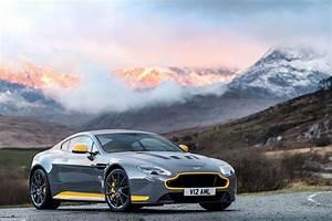 Aston Martin V12 Vantage S : official 2017 aston martin v12 vantage s manual gtspirit ~ Medecine-chirurgie-esthetiques.com Avis de Voitures