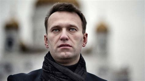 thousands  russians endorse navalny  challenge putin