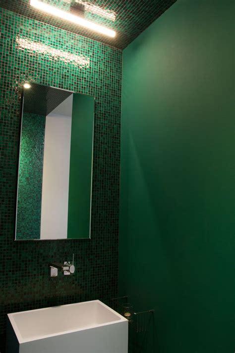 Farbe Im Bad  Grünes Glasmosaik Und Eine Lampe Von Top