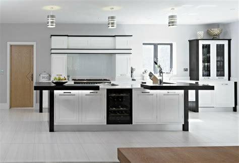 ilot dans cuisine cuisine en u avec bar pour un espace lumineux et fonctionnel