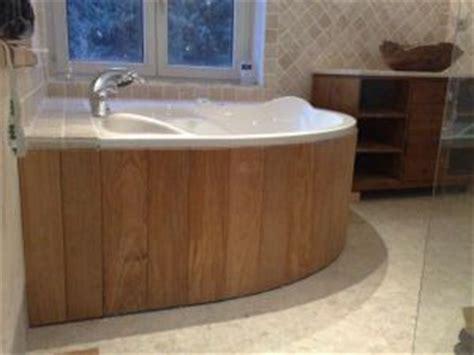 habillage en bois d une baignoire de coin