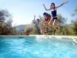 Swimmingpool Für Kinder : die kinder springend in swimmingpool stockbild bild von ~ A.2002-acura-tl-radio.info Haus und Dekorationen