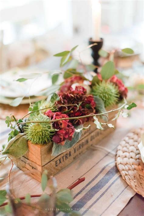 herbstliche tischdekoration mit kastanien hortensien und