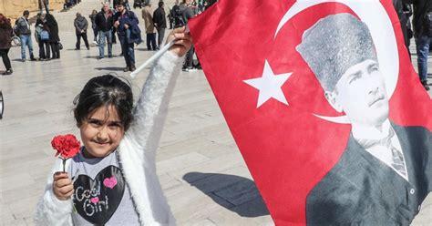 Plusieurs personnes sont descendues dans la rue hier soir pour demander la démission de recep tayyip erdogan au lendemain de la diffusion sur internet d'écoutes téléphoniques attribuées. En Turquie, Erdogan va devoir apprendre à manier (un peu ...