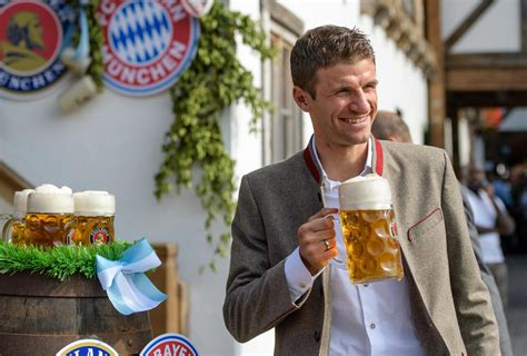 È l'evento più famoso ospitato in città, nonché la più grande fiera del mondo, con mediamente 6 milioni di visitatori ogni anno (quasi 7 milioni nel 2011) con un consumo di 7,5 milioni. Oktoberfest 2017: FC Bayern München feiert mit Spielerfrauen | STERN.de