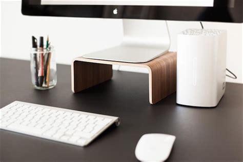 bureau pour imac des socles en bois danois pour imac et macbook macgeneration