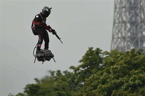 lhomme volant du  juillet  vole la vedette aux militaires video geeko
