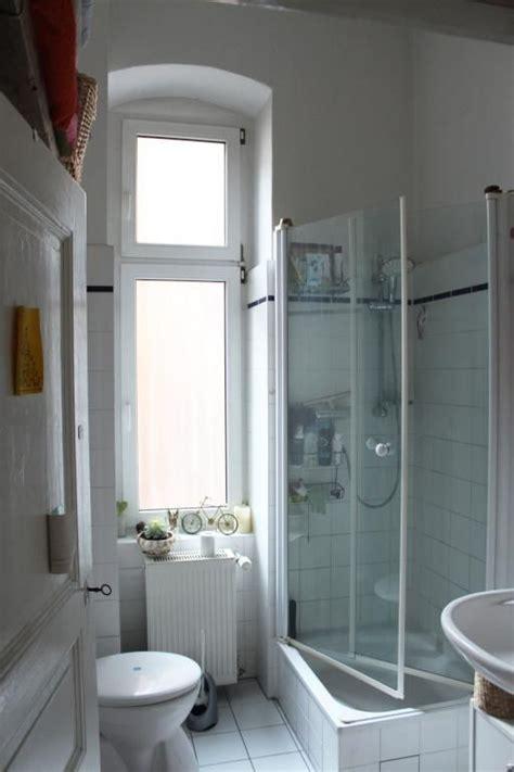 Helles Badezimmer Mit Hohem Fenster Und Gläserner
