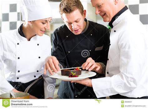 cuisine de a z chef équipe de chef dans la cuisine de restaurant avec le