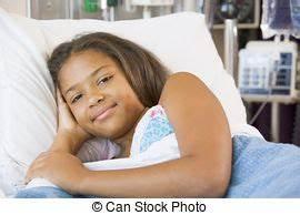 Lit Jeune Fille : girl h pital jeune lit sourire ~ Teatrodelosmanantiales.com Idées de Décoration
