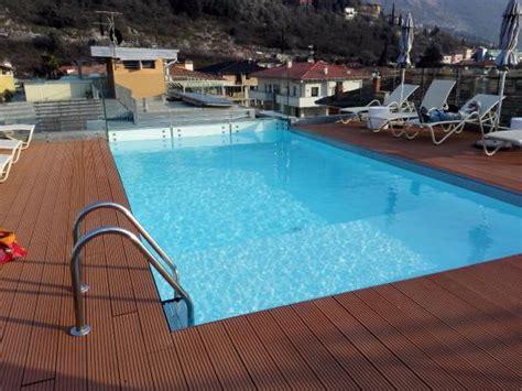 piscina sul terrazzo piscina sul terrazzo foto di gardabike residence