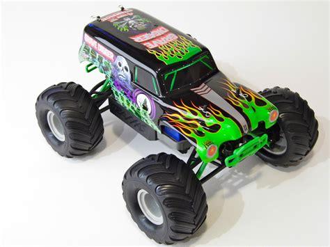 monster jam rc trucks traxxas 1 16 grave digger monster jam replica review rc