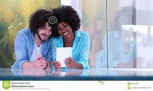 Entspannen Zu Hause : paare die sich zusammen zu hause mit tablet computer entspannen stockbild bild von beil ufig ~ Buech-reservation.com Haus und Dekorationen