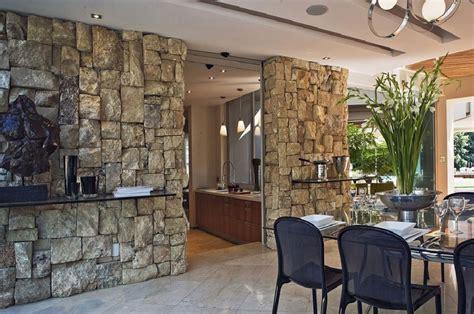 Искусственный камень в интерьере гостиной (50 фото