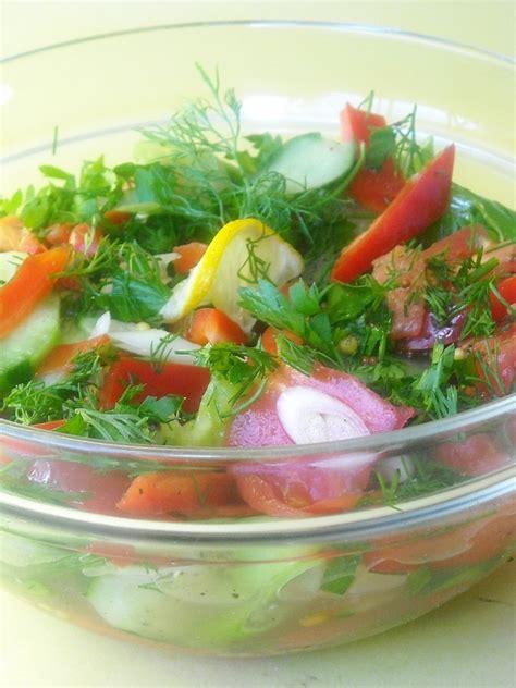 les plats roumaines salade de concombre tomates et poivrons