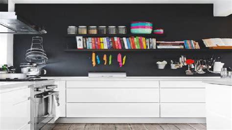 mur de cuisine peinture un mur noir dans une cuisine blanche c 39 est tendance