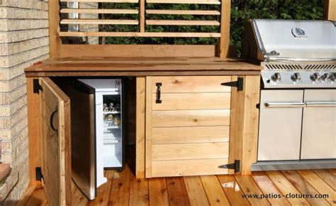 table ronde de cuisine frigo dans une cuisine extérieure patios en bois