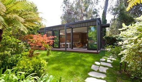 una vivienda moderna en el jardin