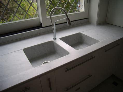 lavelli in granito piani cucina in marmo bianco carrara con lavelli scavati