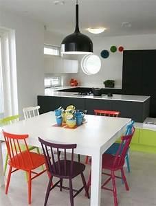 les chaises depareillees qui egayent lambiance de la With deco cuisine avec chaises couleurs salle À manger