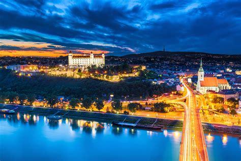 Foto funkwagen kolonne in kittsee grenze slowakei österreich b. Städtereise nach Bratislava - die Slowakei entdecken