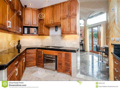 Cozinha De Madeira Moderna Com Estátua Foto De Stock