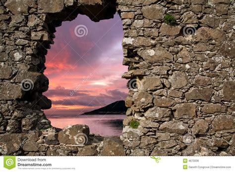 wand loch füllen sonnenuntergang durch loch in einer wand stockfoto bild