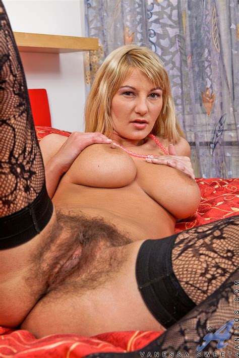 Blonde MILF Vanessa Sweets Reveal Her Big Twins MILF Fox