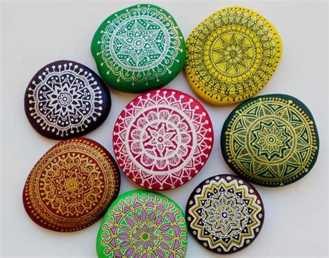 mandala steine bemalen steine bemalen zum basteln mit naturmaterialien 50 ideen