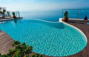 Filtration et circulation de l'eau dans une piscine à débordement