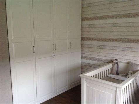 landelijke babykamer met steigerhoutbehang