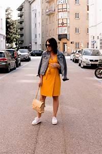Kleid Mit Jeansjacke : ein gelbes kleid kombinieren alltagsoutfit mit jeansjacke und sneakers mocca who pinterest ~ Frokenaadalensverden.com Haus und Dekorationen