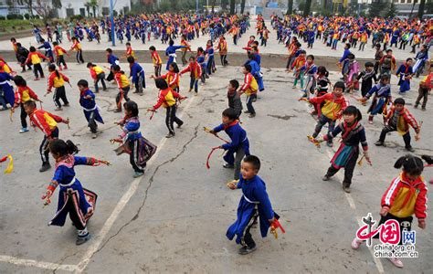 Students Learn Yi Ethnic Dance During Class Break- China