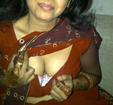 Saree Bhabhi Deep Cleavage Navel Xxx Porn Photo Album